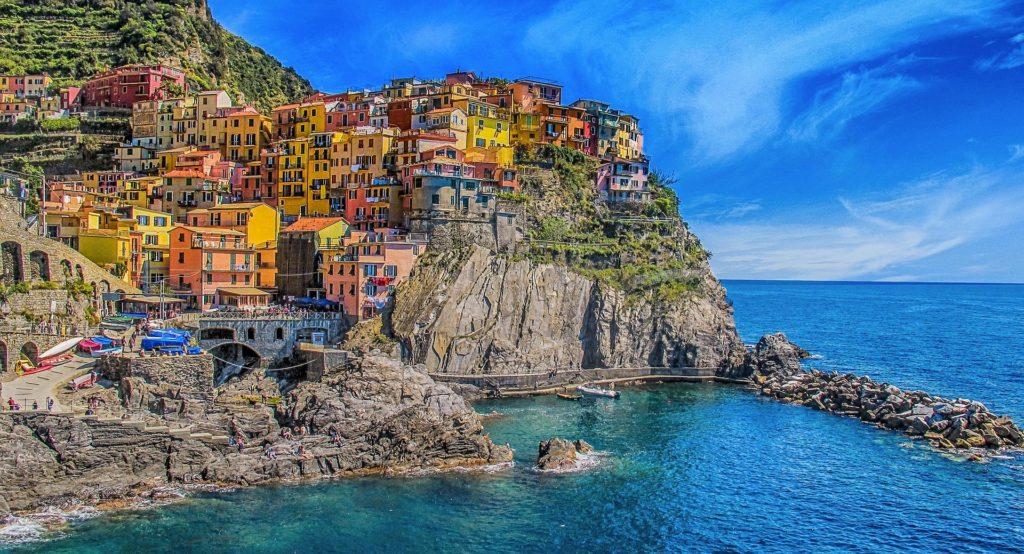 casas coloridas sobre o penhasco do mar da Ligúria, nas Cinque Terre