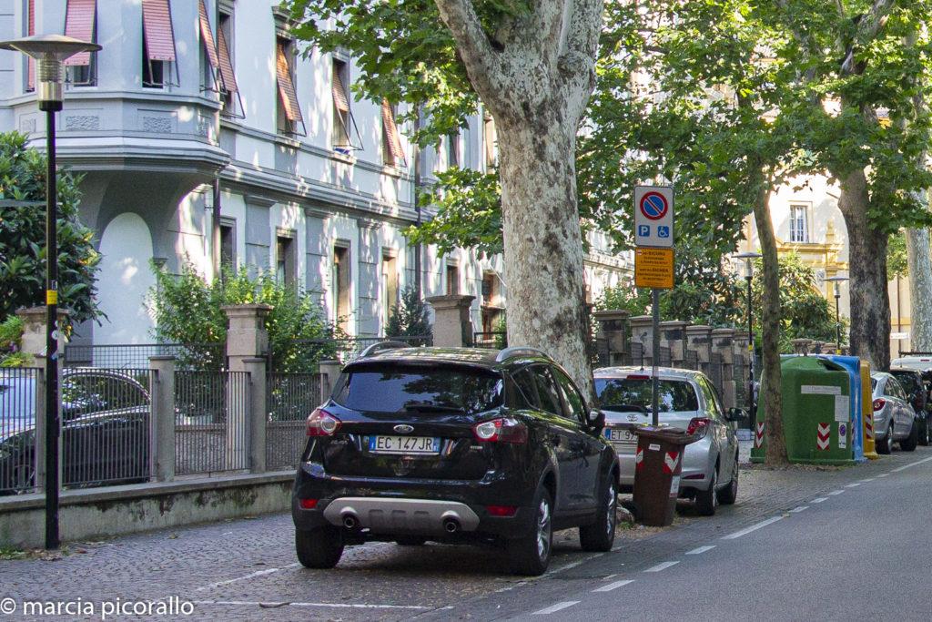 dirigindo na Itália estacionamento
