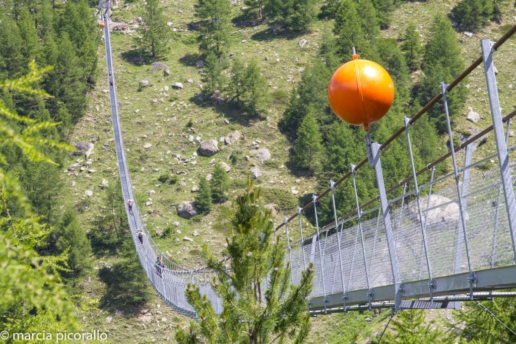 ponte suspensa na Suíça