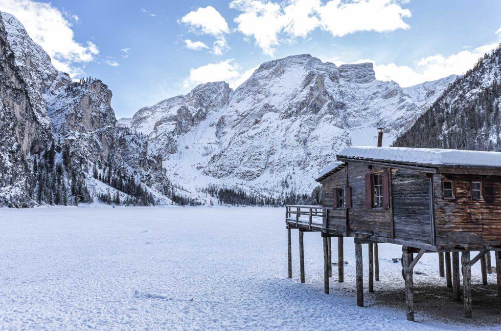 Lago de Braies no inverno
